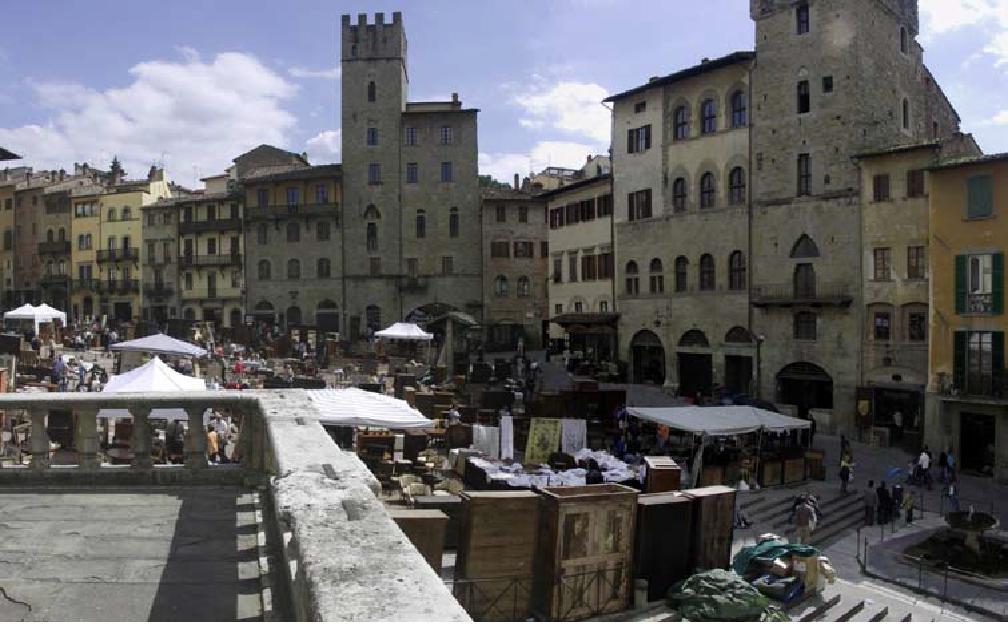 Arezzo mercato dell antiquariato 2015 toscanamore for Piccoli mobili antichi